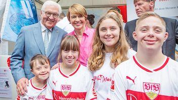 Bundespräsident Frank-Walter Steinmeier (l.), seine Ehefrau Elke Büdenbender (hinten 2. von links) und die PFIFF-Jugendlichen.
